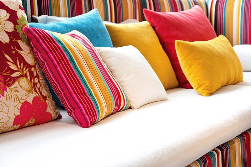 dei cuscini di diversi colori