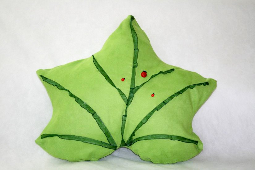 un cuscino a forma di foglia verde