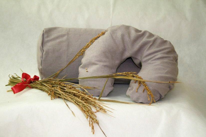 due cuscini grigi e un ramo di spighe