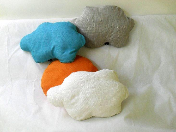 dei cuscini arancioni, bianchi,azzurri e grigi