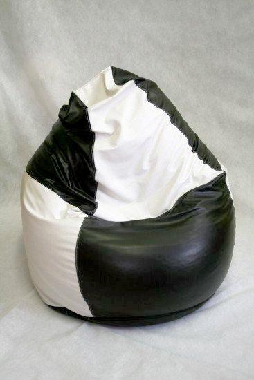 un pouf di pelle bianco e nero