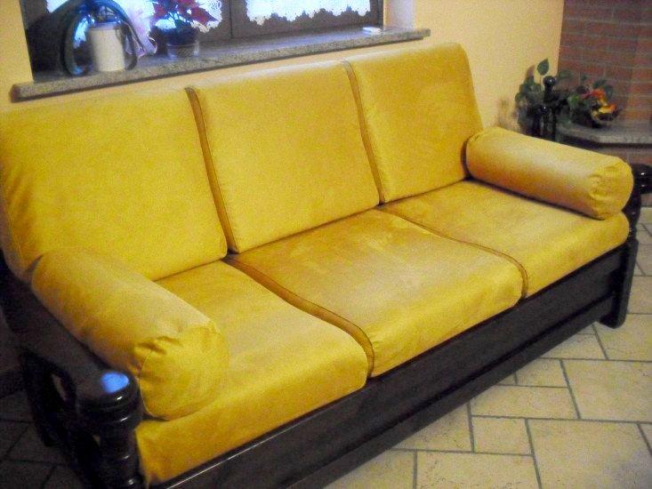 un divano in pelle di color giallo