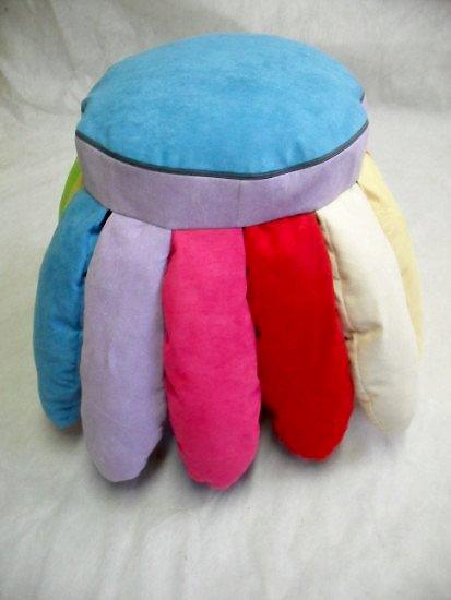 un cuscino rotondo azzurro con delle gambe di diversi colori