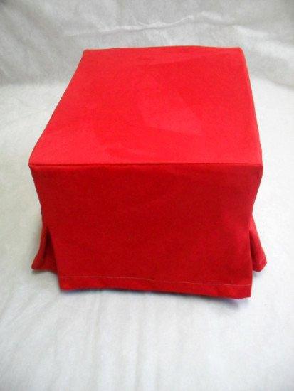 un pouf quadrato di color rosso