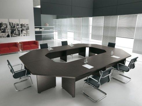 tavoli con forme varie, tavoli per uffici, porte e uffici