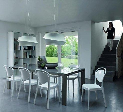 design moderno e raffinato, tavoli con piano in vetro temprato, sedie classiche