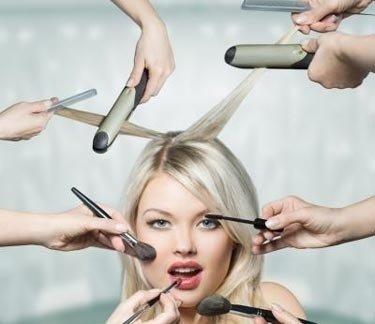 Modella durante il trucco e con piastre ai capelli