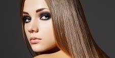 Modella con capelli lisci