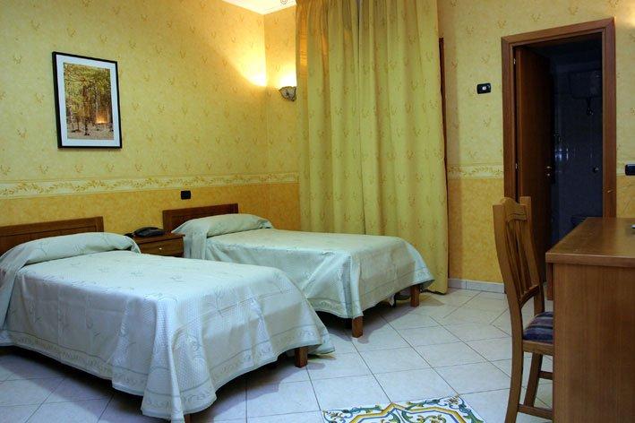 una stanza con due letti singoli