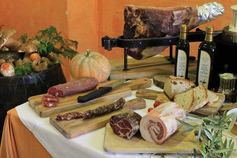 un tavolo con taglieri e dei tranci di carne