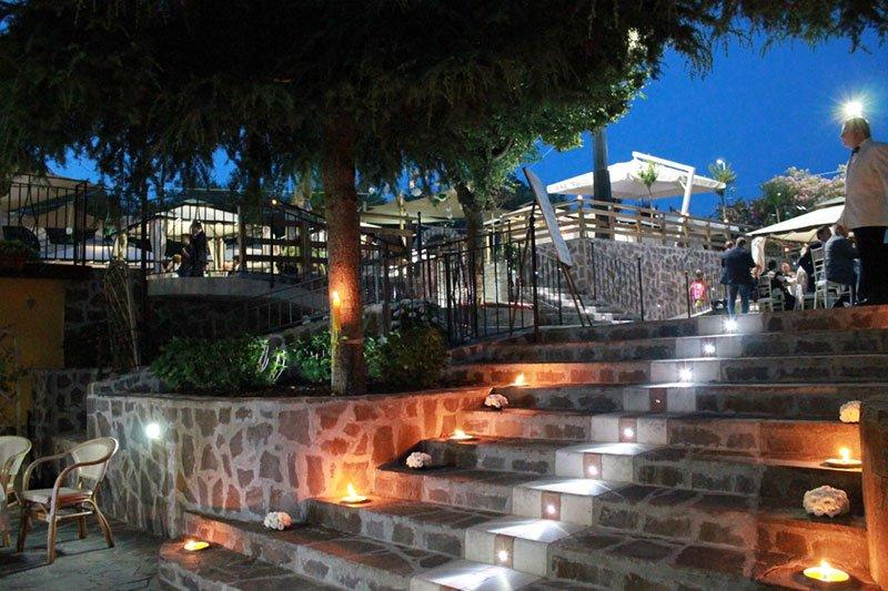 vista delle scale con dei lumini accesi in un ristorante