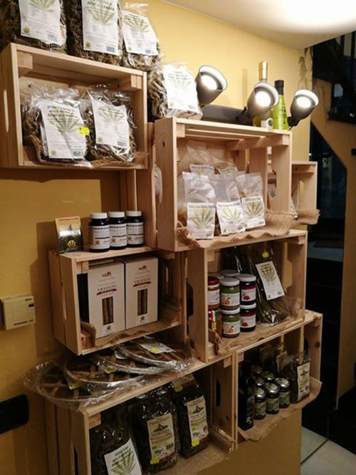 negozio con prodotti biologici a base di canapa