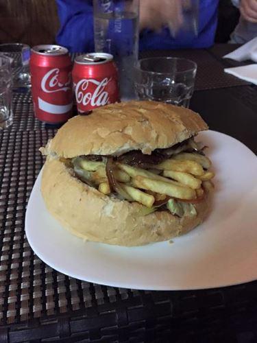 un panino con due coca cola