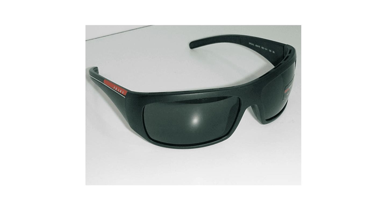 occhiali da sole con montatura nera
