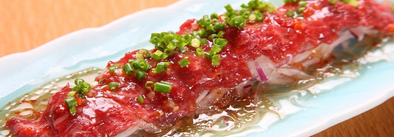 carne di cavallo saporita e condita con cipolla