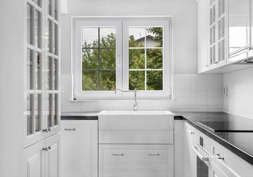 finestra in alluminio in una cucina