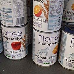 dei barattoli di mangime per i animali della marca Monge