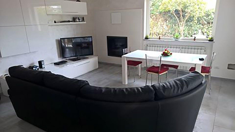 divano nero ad angolo in un salotto