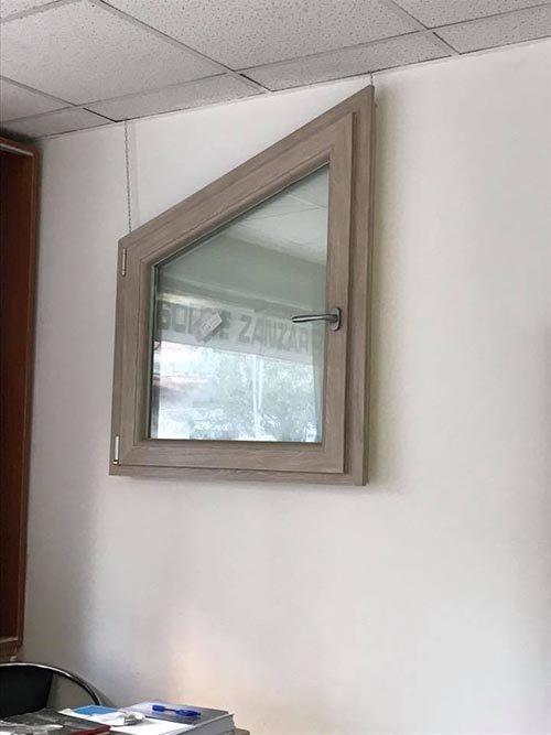 finestra in legno forma astratta