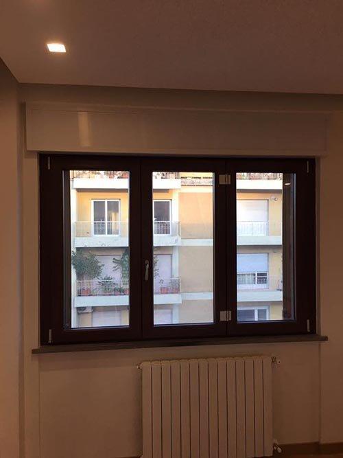 vista frontale di un finestra in legno