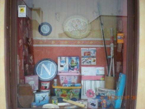 Vetrina con diversi colori di pittura,casse plastiche per quarti infantili,decorazione per camere di bambini...