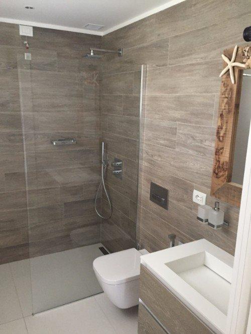 Bagno con vano doccia e sanitari in ceramica
