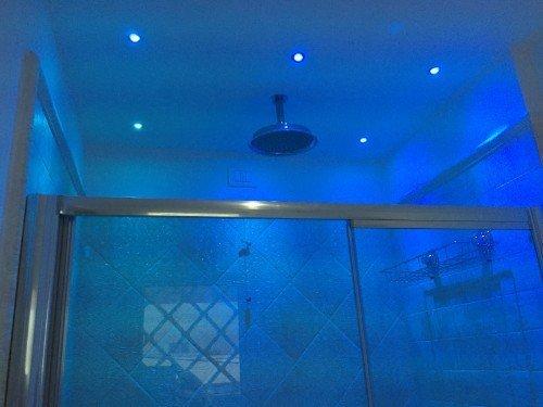 Bagno con luce blu