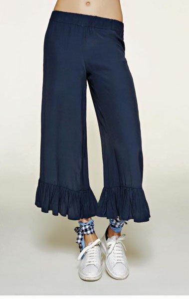Pantaloni a zampa blu e sandali aperti