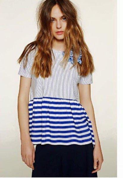 Ragazza con maglietta azzurra a righe e fiocco