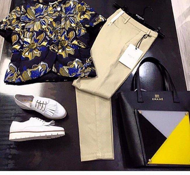 Outfit composto da blouse con fantasia blu, pantaloni marroncino chiaro borsa e scarpe bianche