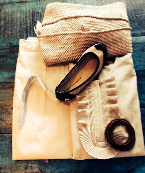 Pantaloni, maglia, maglioncino in coordinato color crema, ballerina e cintura di cuoio marrone