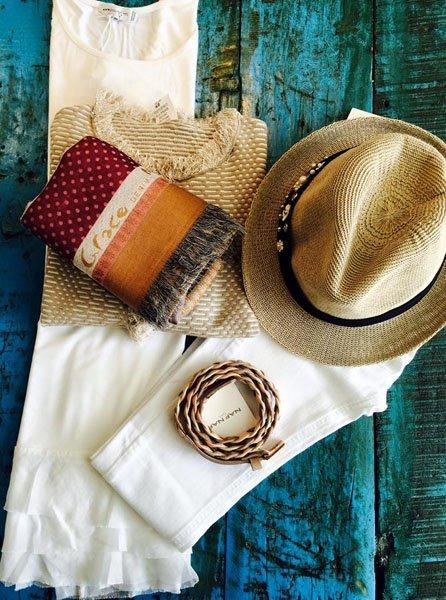 Cappello di paglia, maglia, foulard piegato, pantaloni bianchi e cintura coordinata