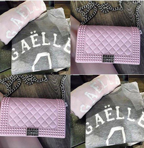 Magliette grigio e rosa e pochette rosa