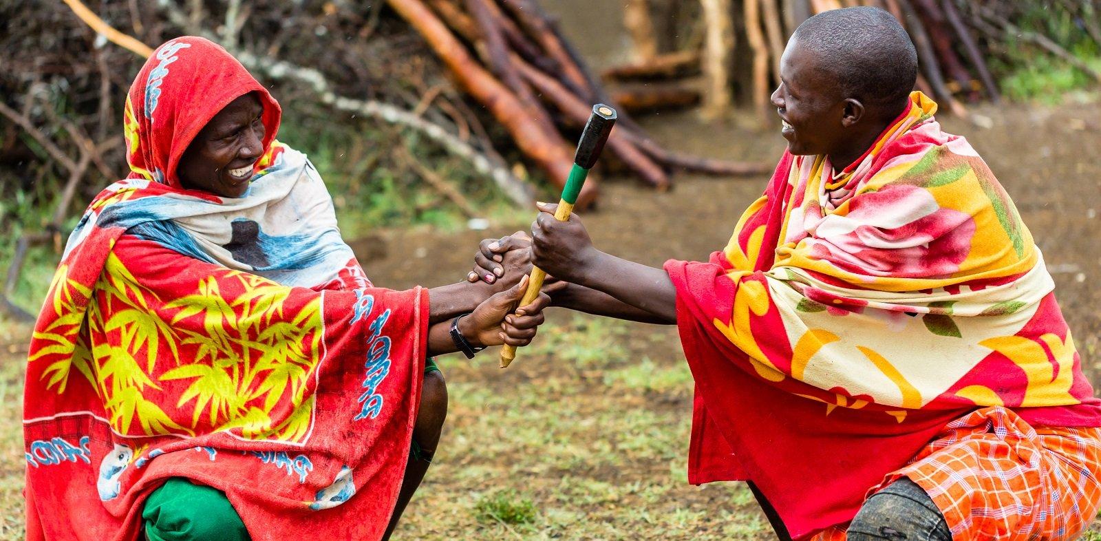Masai contrattano in un villaggio africano - Viaggia con noi a Nola
