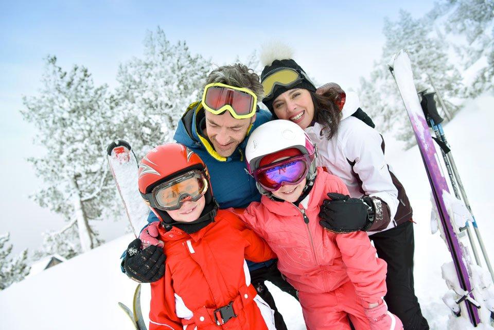 Famiglia in vacanza in montagna sulla neve organizzata da Agenzia Viaggi Experience Travels a Nola (Napoli)