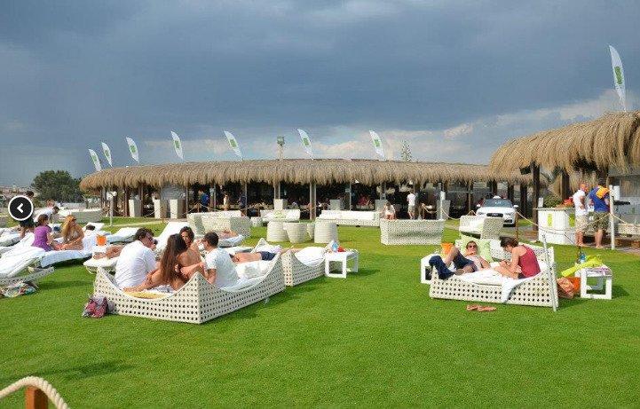 Gente seduta su lettini bianchi