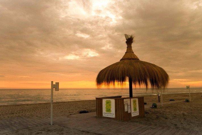 Gazebo con tramonto su spiaggia