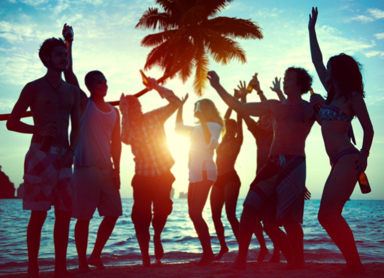 Ragazzi festanti in spiaggia