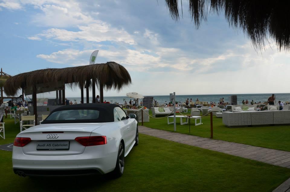 Spiaggia con giardino e auto parcheggiata