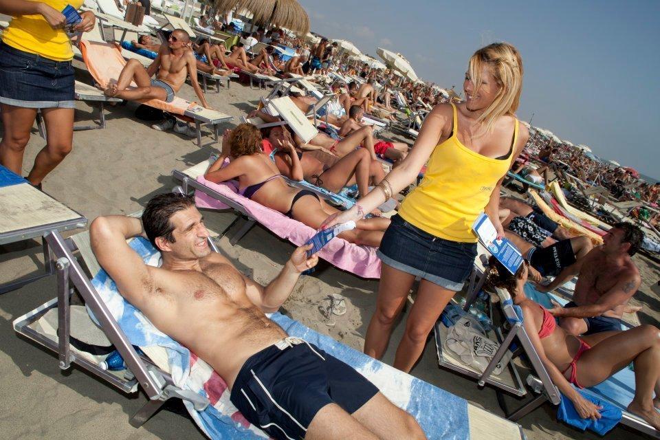 Distribuzione volantini in spiaggia