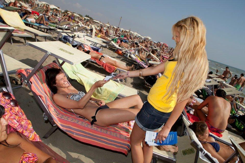 Gadget in spiaggia a ragazza sul lettino