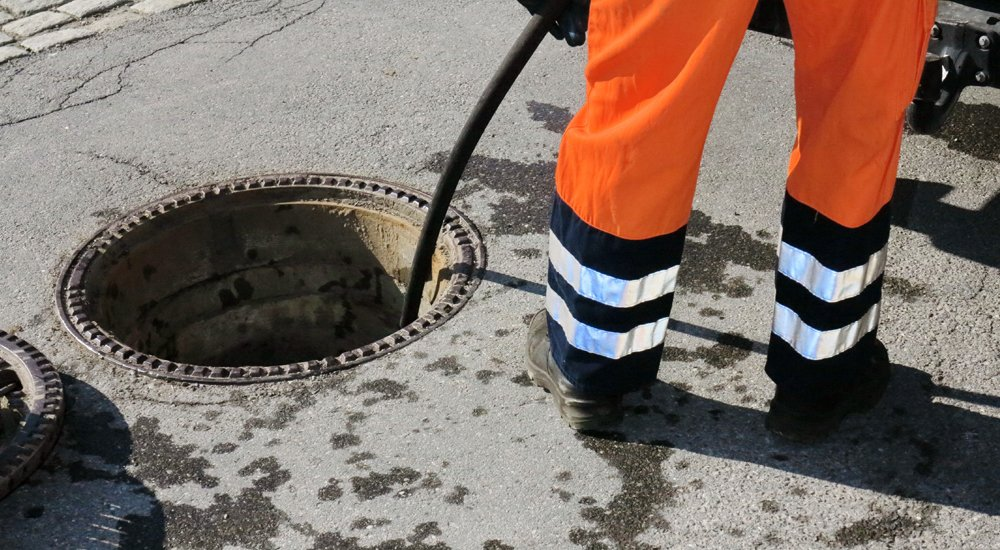 Expert providing septic tank cleaning services