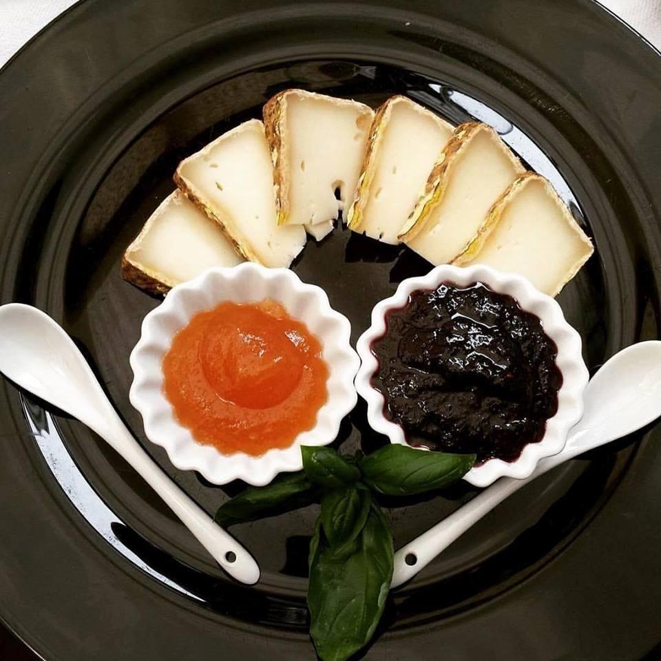 antipasto di formaggi e marmellata