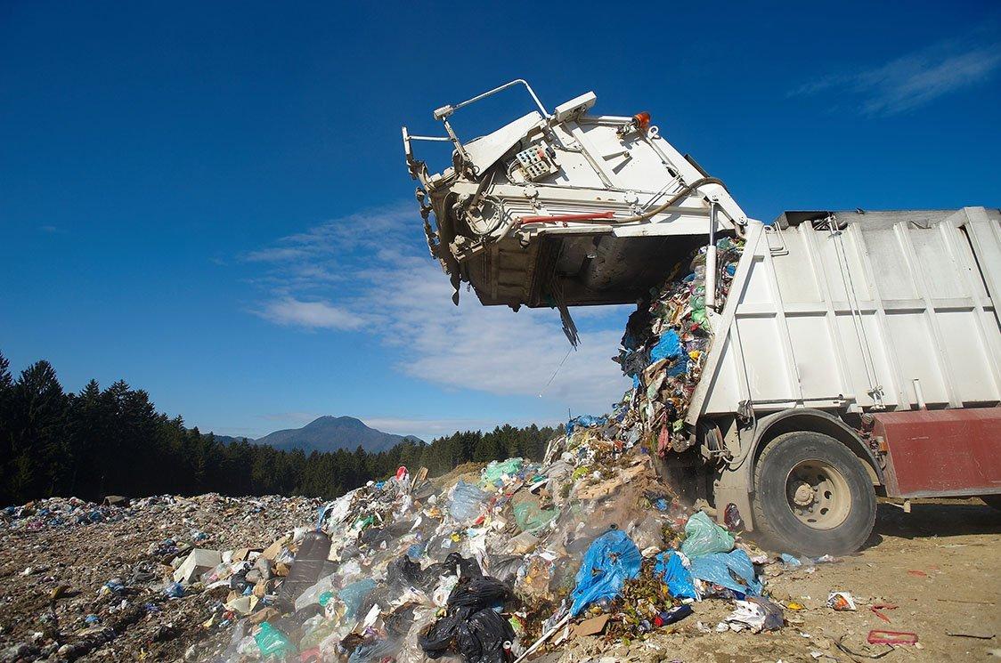scarico di rifiuti in deposito di stoccaggio