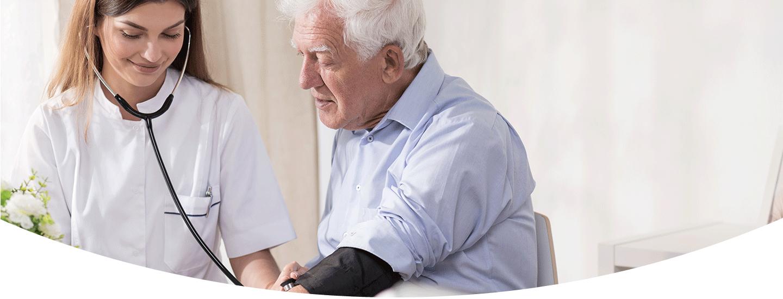 Infermiera con un'anziano a Riccione