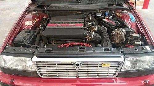 Primo piano del motore di un'automobile d'epoca