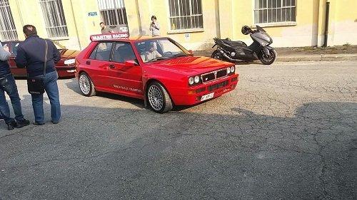 Un'auto rossa arriva all inagurazione del locale