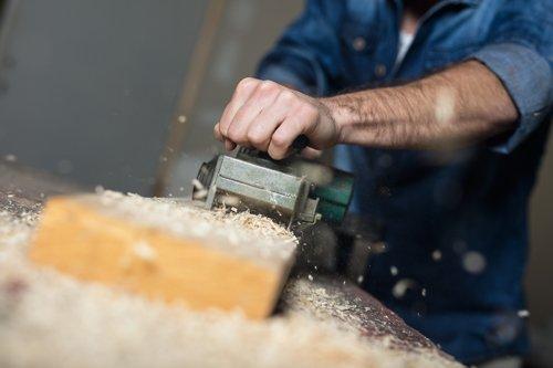 lavorazione del legno da parte di un operaio