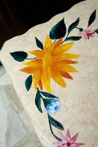 Tavolo in marmo giallo oro con incisioni e decorazioni a mano.