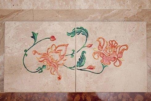Incisioni e decorazioni su marmo per placcaggio bagno.